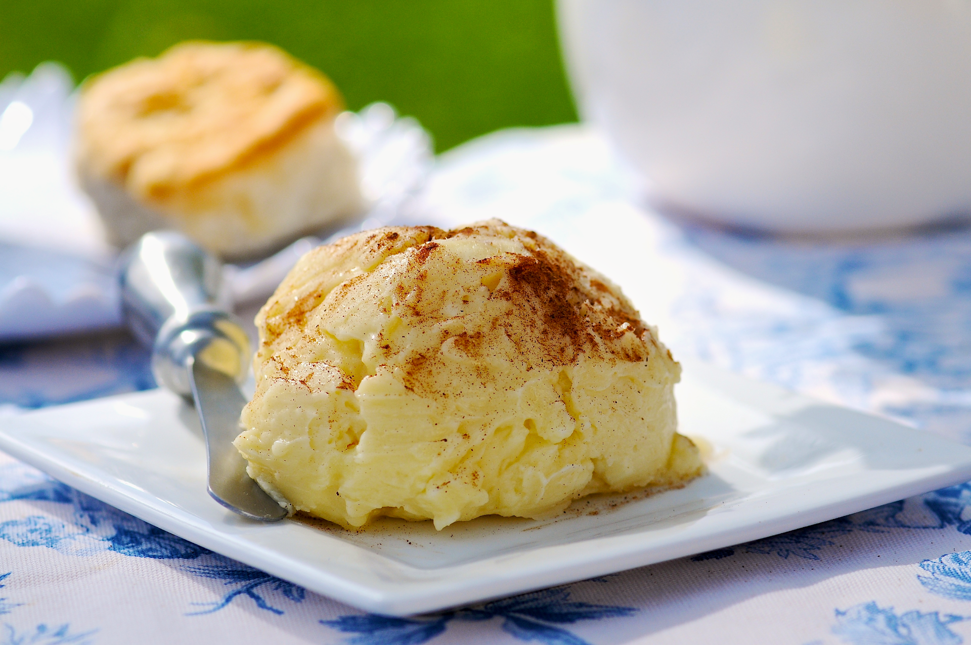 Here's an easy way to add wonderful, sweet and buttery flavor to the dinner table. Top ordinary buttermilk biscuits with this honey butter and enjoy a taste experience that's out of this world.