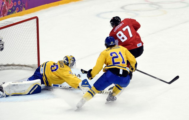 Sidney Crosby flips to the backhand. (Scott Rovak, USA TODAY Sports)