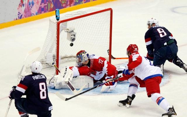USA forward Joe Pavelski scores. (Winslow Townson-USA TODAY Sports)