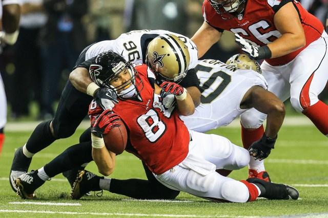 Saints DT Tom Johnson tackles former Falcons TE Tony Gonzalez. (Daniel Shirley, USA TODAY Sports)