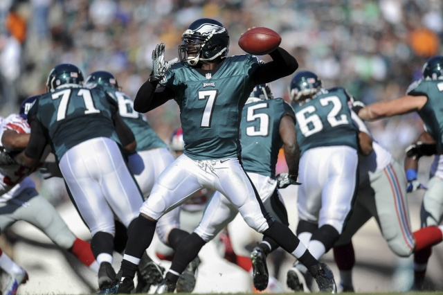 Philadelphia Eagles quarterback Michael Vick throws a pass against the New York Giants at Lincoln Financial Field. (Joe Camporeale - USA TODAY Sports)
