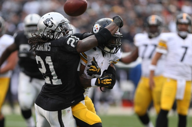 Oakland Raiders cornerback Mike Jenkins defends a pass against Pittsburgh Steelers running back Le'Veon Bell at O.co Coliseum. (Kelley L Cox - USA TODAY Sports)