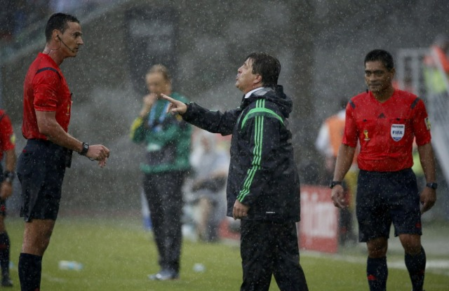 Mexico's coach Miguel Herrera (C) argues with Referee Wilmar Roldan of Colombia. (Jorge Silva, REUTERS)
