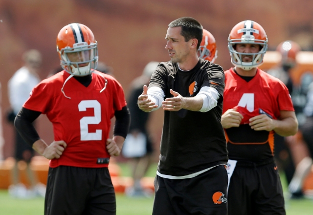 Cleveland Browns offensive coordinator Kyle Shanahan talks to quarterback Johnny Manziel (2) during organized team activities. (AP Photo/Mark Duncan)