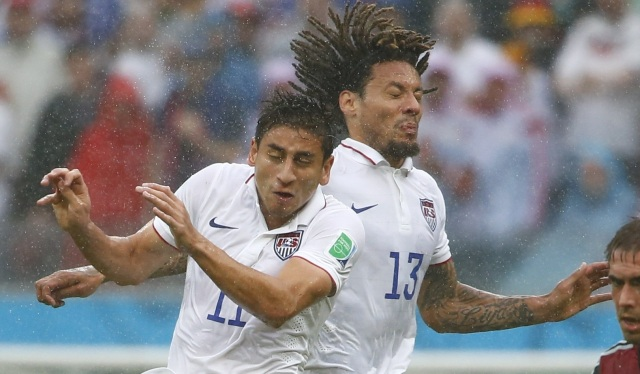 Alejandro Bedoya of the U.S. (L) collides with teammate Jermaine Jones (13). (REUTERS/Tony Gentile )
