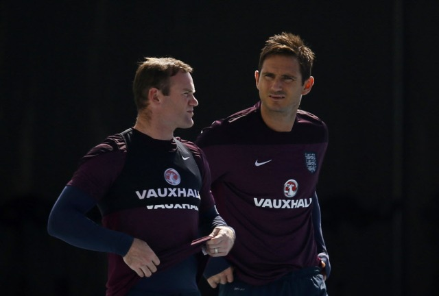 England's Wayne Rooney, left, and Frank Lampard face just a bit of pressure. (Ricardo Moraes, REUTERS)