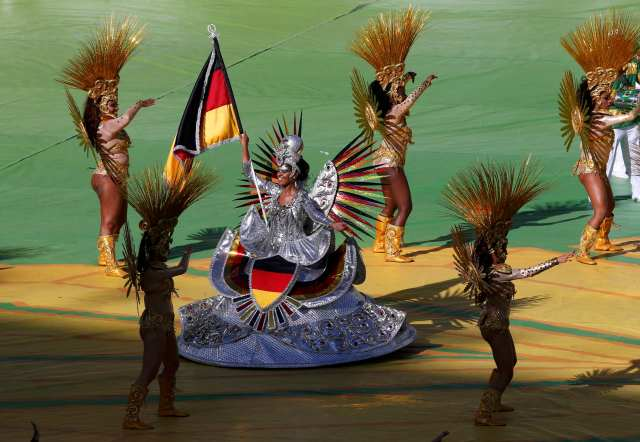 Performers dance during the 2014 World Cup closing ceremony. (REUTERS/David Gray)