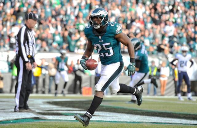 LeSean McCoy scores a touchdown. (Derik Hamilton, USA TODAY Sports)
