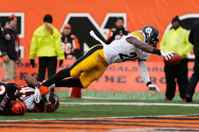 Le'Veon Bell scores one of his three touchdowns. (Aaron Doster, USA TODAY Sports)