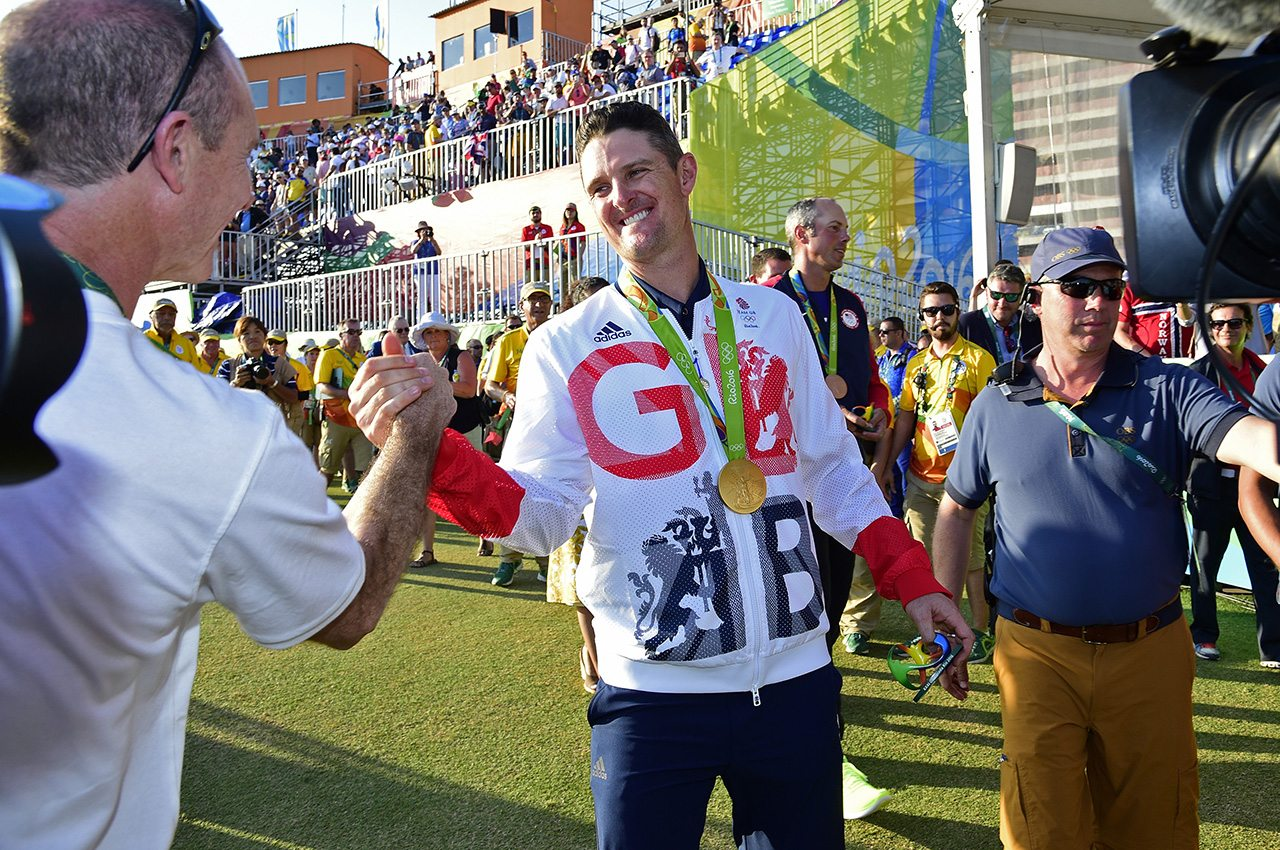 Justin Rose closed with birdie and 67 to win the 2016 gold medal in golf at the Olympics.