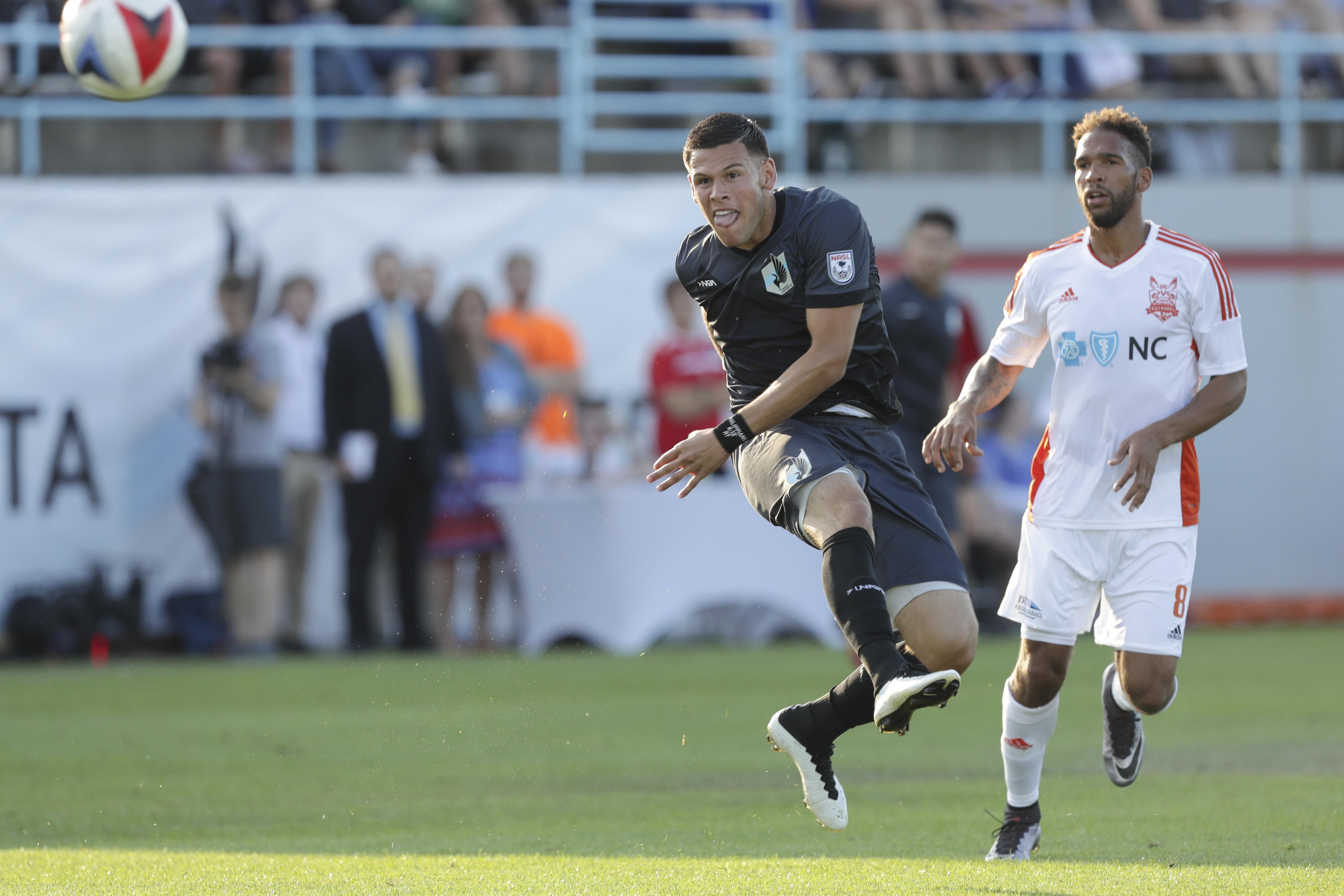 MNU Christian Ramirez kicking ball