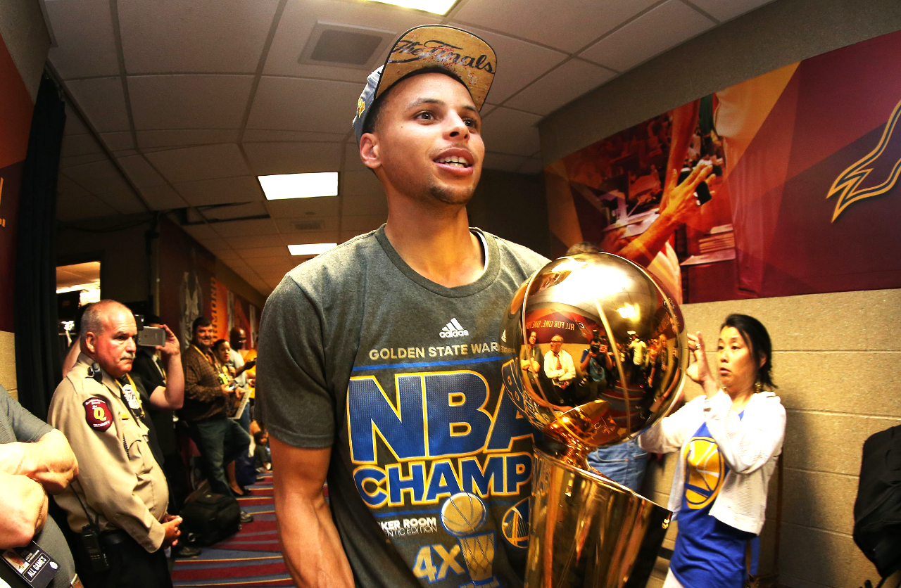 Stephen_curry_trophy