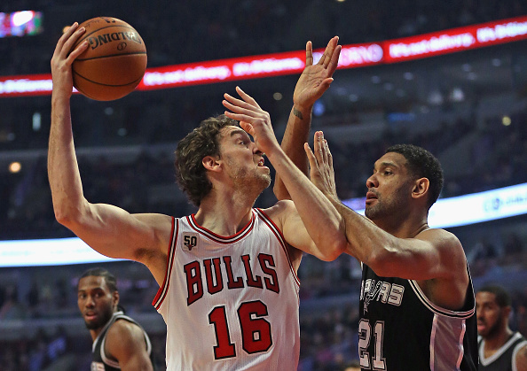 CHICAGO, IL - NOVEMBER 30: Pau Gasol #16 of the Chicago Bulls shoots agaist Tim Duncan #21 of the San Antonio Spurs at the United Center on November 30, 2015 in Chicago, Illinois. Note to User: User expressly acknowledges and agrees that, by downloading and or using the photograph, User is consenting to the terms and conditions of the Getty Images License Agreement. (Photo by Jonathan Daniel/Getty Images)