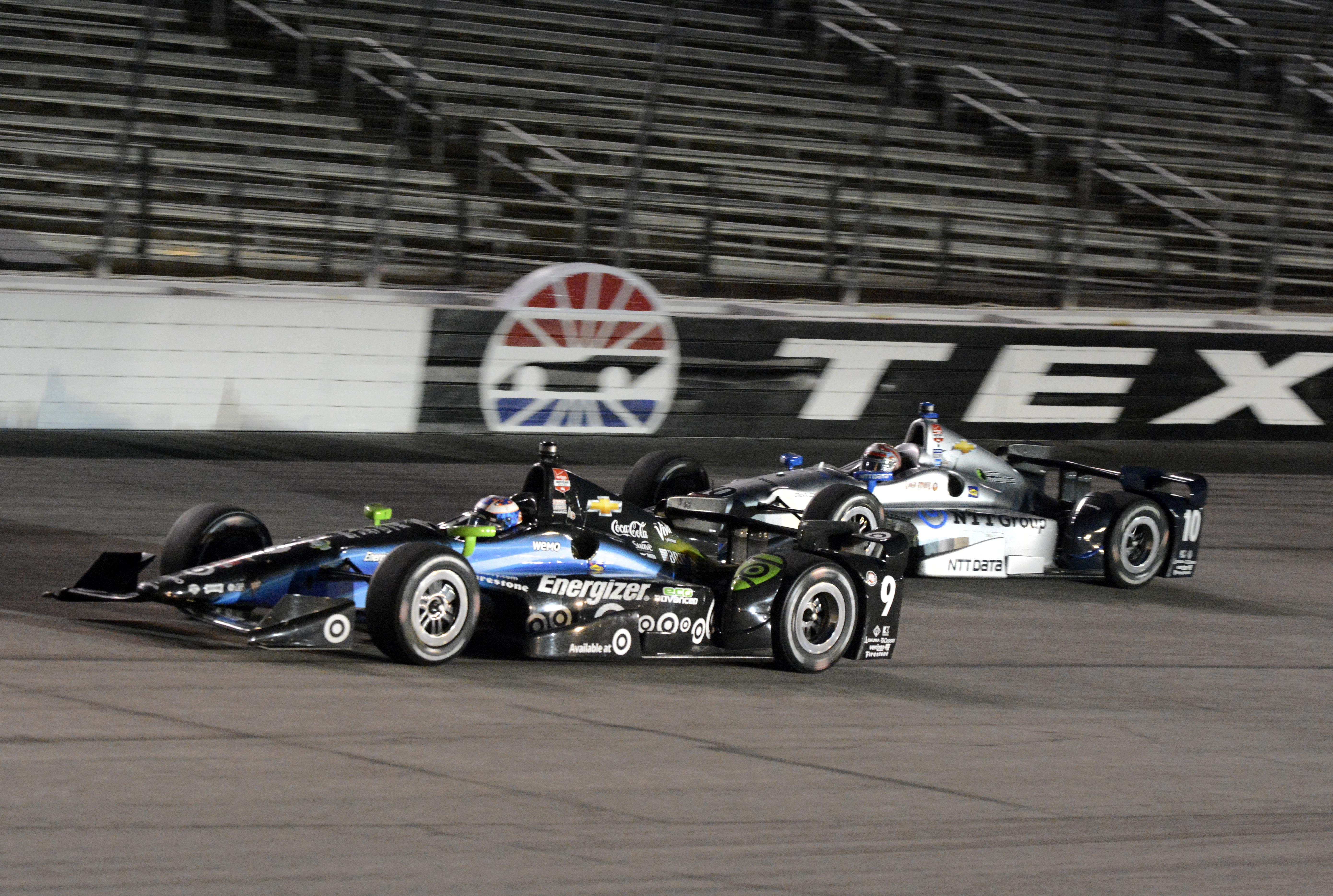 Scott Dixon leads Tony Kanaan out of Turn 4 late in the Firestone 600. (AP)