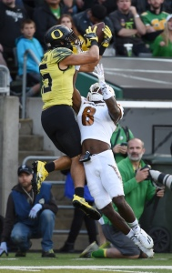 EUGENE, OR - OCTOBER 29: Wide receiver Jalen Brown #15 of the Oregon Ducks catches the ball over defensive back Gump Hayes #8 of the Arizona State Sun Devils during the third quarter of the game at Autzen Stadium on October 29, 2016 in Eugene, Oregon. (Photo by Steve Dykes/Getty Images)