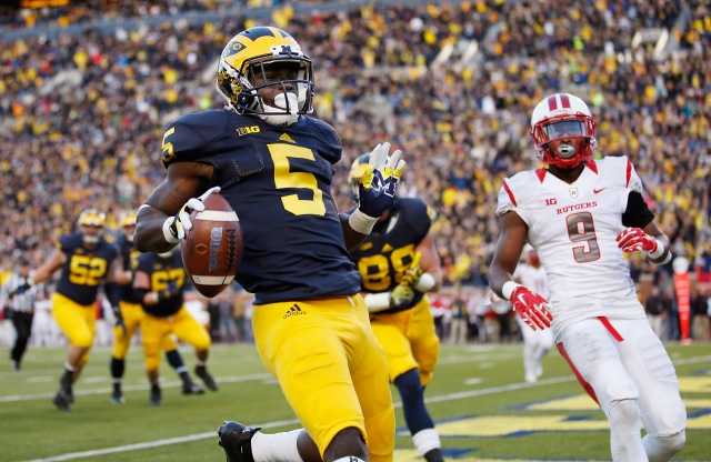 ANN ARBOR, MI - NOVEMBER 07: Jabrill Peppers #5 of the Michigan Wolverines runs in for a second quarter touchdown in front of Saquan Hampton #9 of the Rutgers Scarlet Knights on November 7, 2015 at Michigan Stadium in Ann Arbor, Michigan. (Photo by Gregory Shamus/Getty Images)