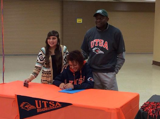 Sydney Howells with her family signing letter of intent to University of Texas San Antonio (UTSA).
