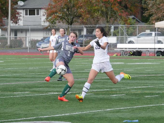 Skyline midfielder Kelli Sullivan (7) traps the ball during the state tournament third place game against Gig Harbor.