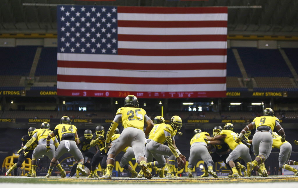 Travis Waller and the West squad go on the offensive during the U.S. Army All-American Bowl —Erich Schlegel-USA TODAY Sports