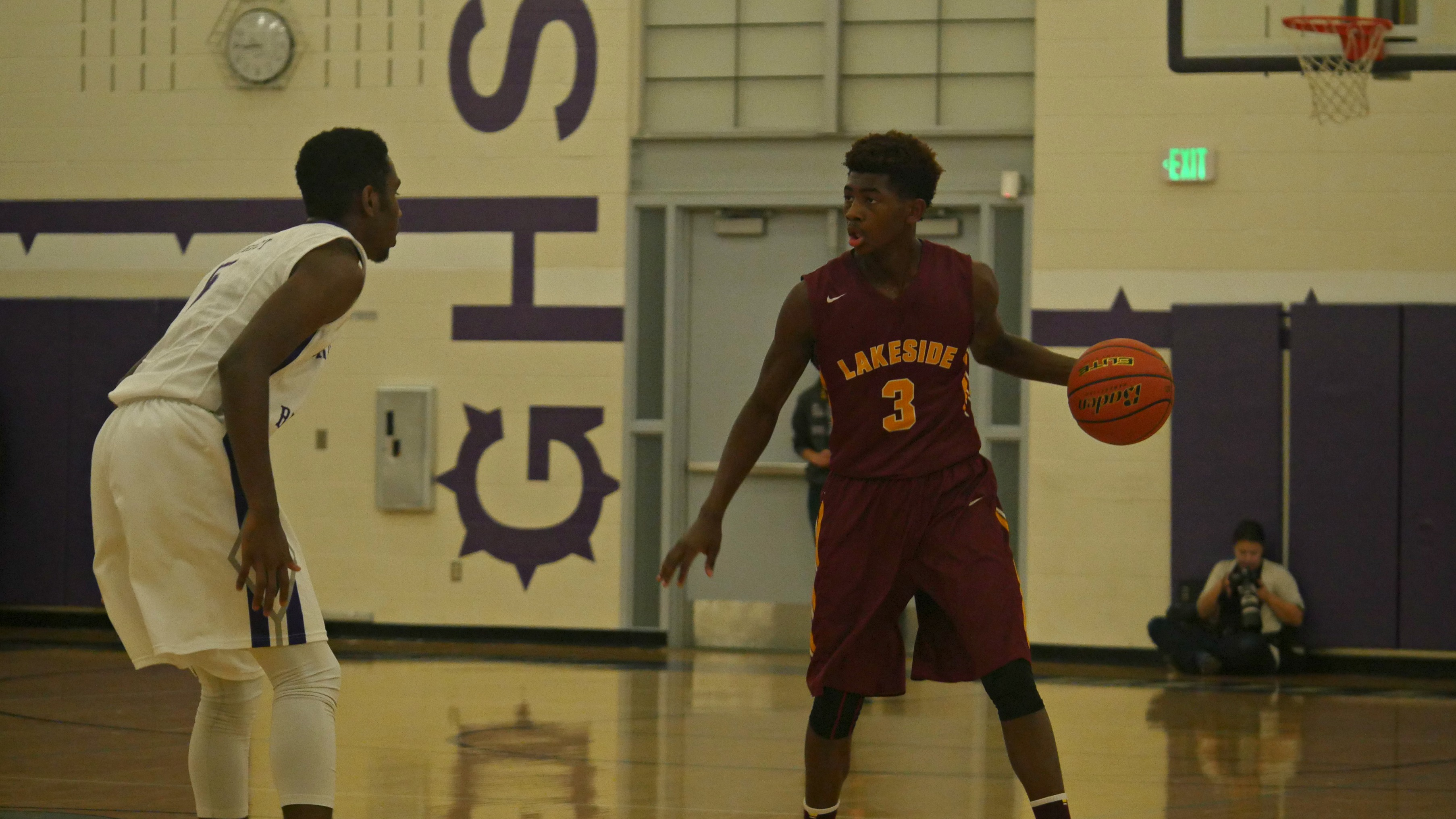 Lakeside guard Daejon Davis with the ball on the perimeter in a game against Garfield.