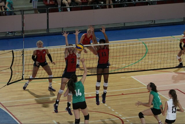 MB Orie Agbaji and OPP Audriana Fitzmorris set up a block against Falconara. (Photo courtesy of slosport) #1 Jordyn Poulter