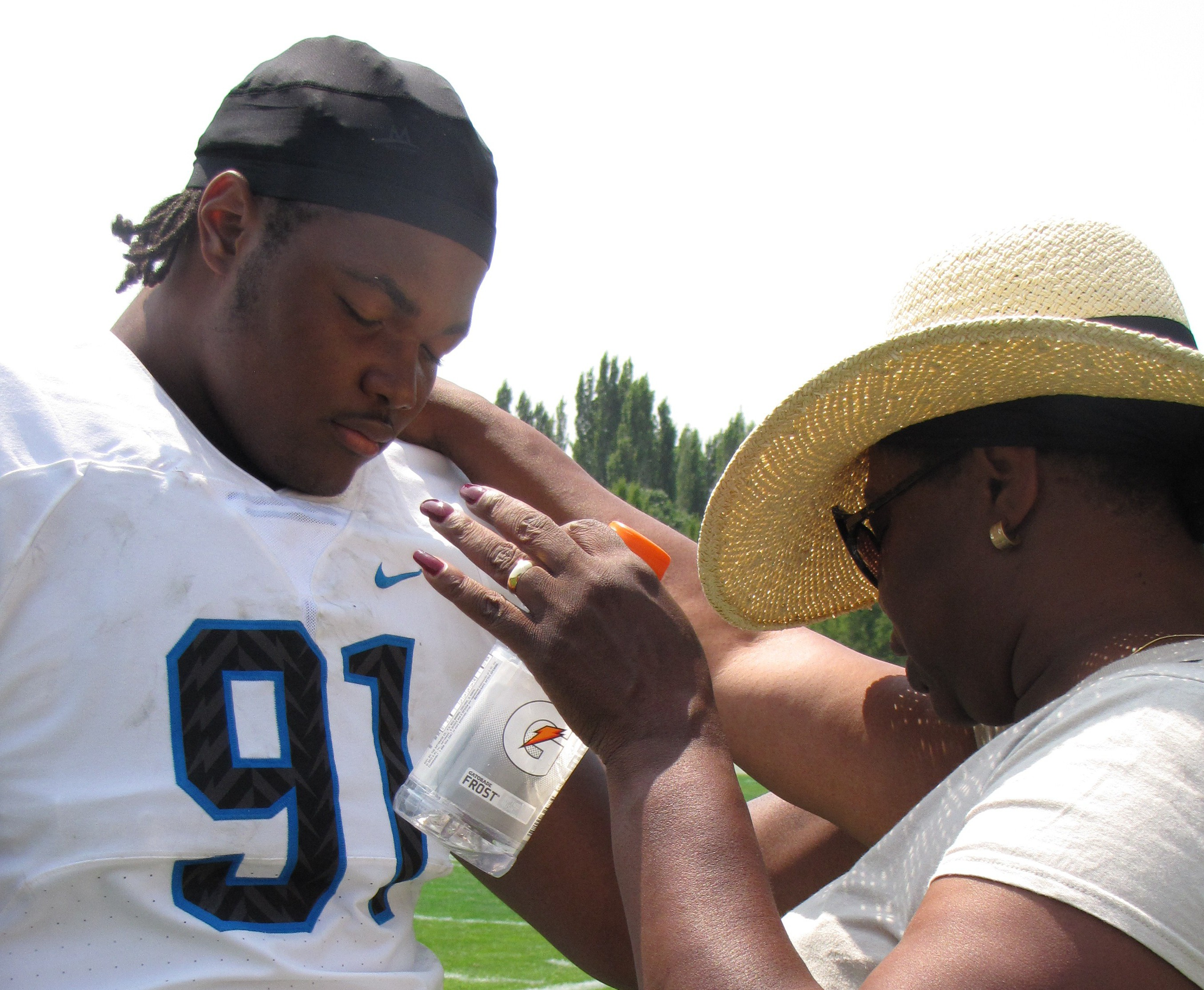 Rashan Gary and his mother, Jennifer Coney, confer during Thursday's linemen challenge at Nike's The Opening in Beaverton, Ore. Photo: Jim Halley, USA TODAY Sports