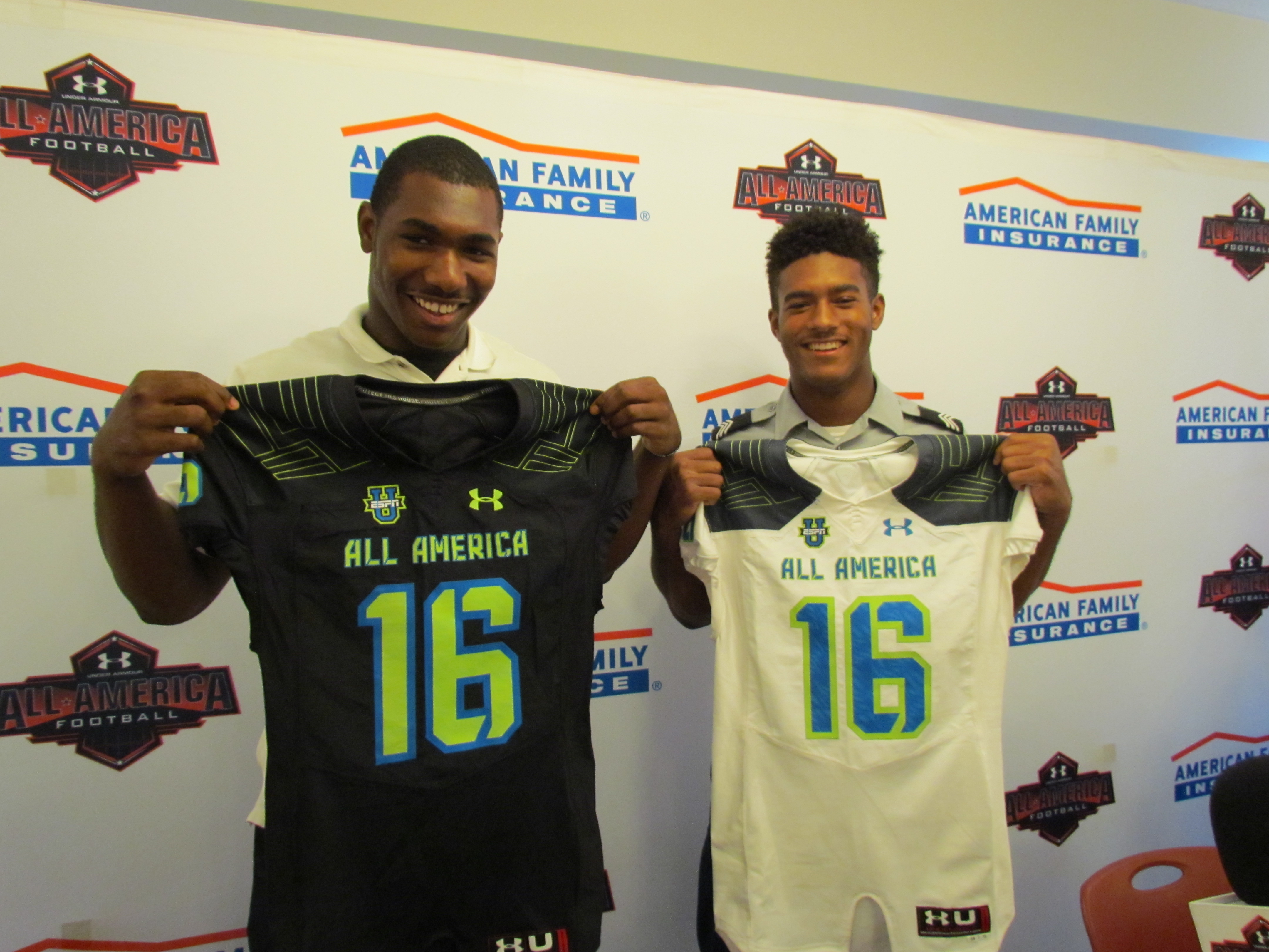 Terrell Hall (left) and Aaron Hansford accept their Under Armour All-America jerseys (Photo: Intersport)
