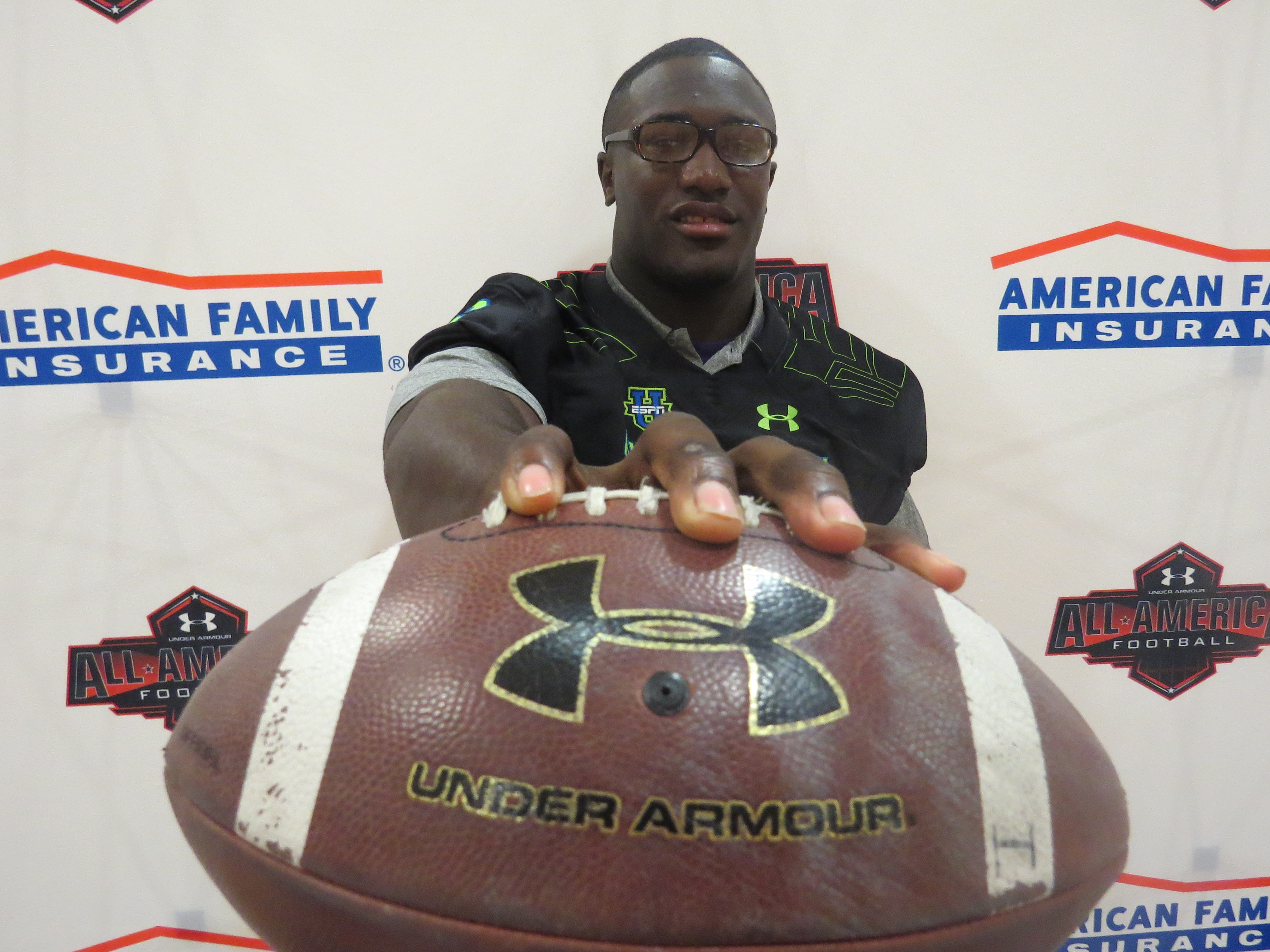 Devin White poses after accepting his Under Armour All-America jersey (Photo: Intersport)