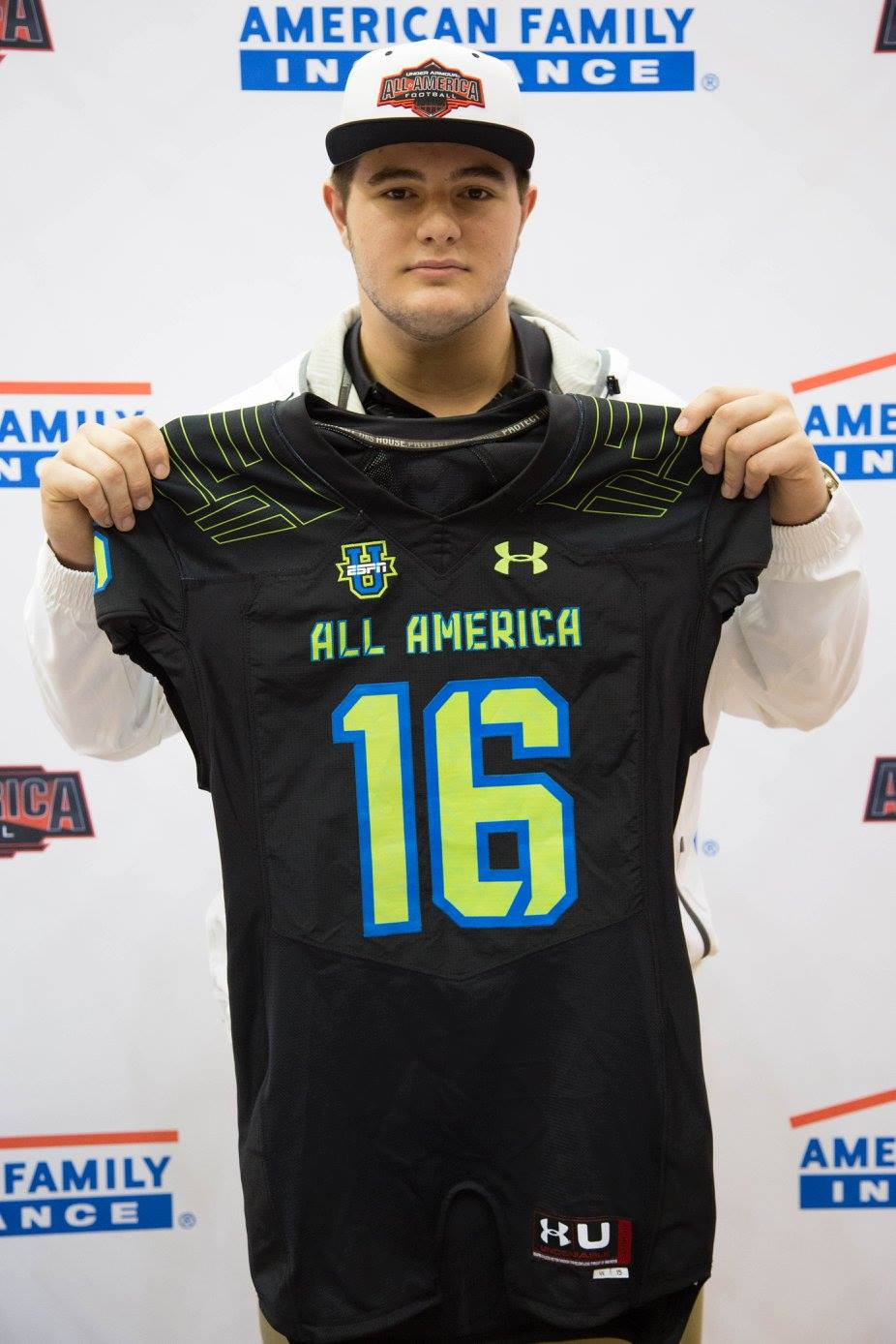 Landon Dickerson received his Under Armour All-American jersey (Photo: Intersport)