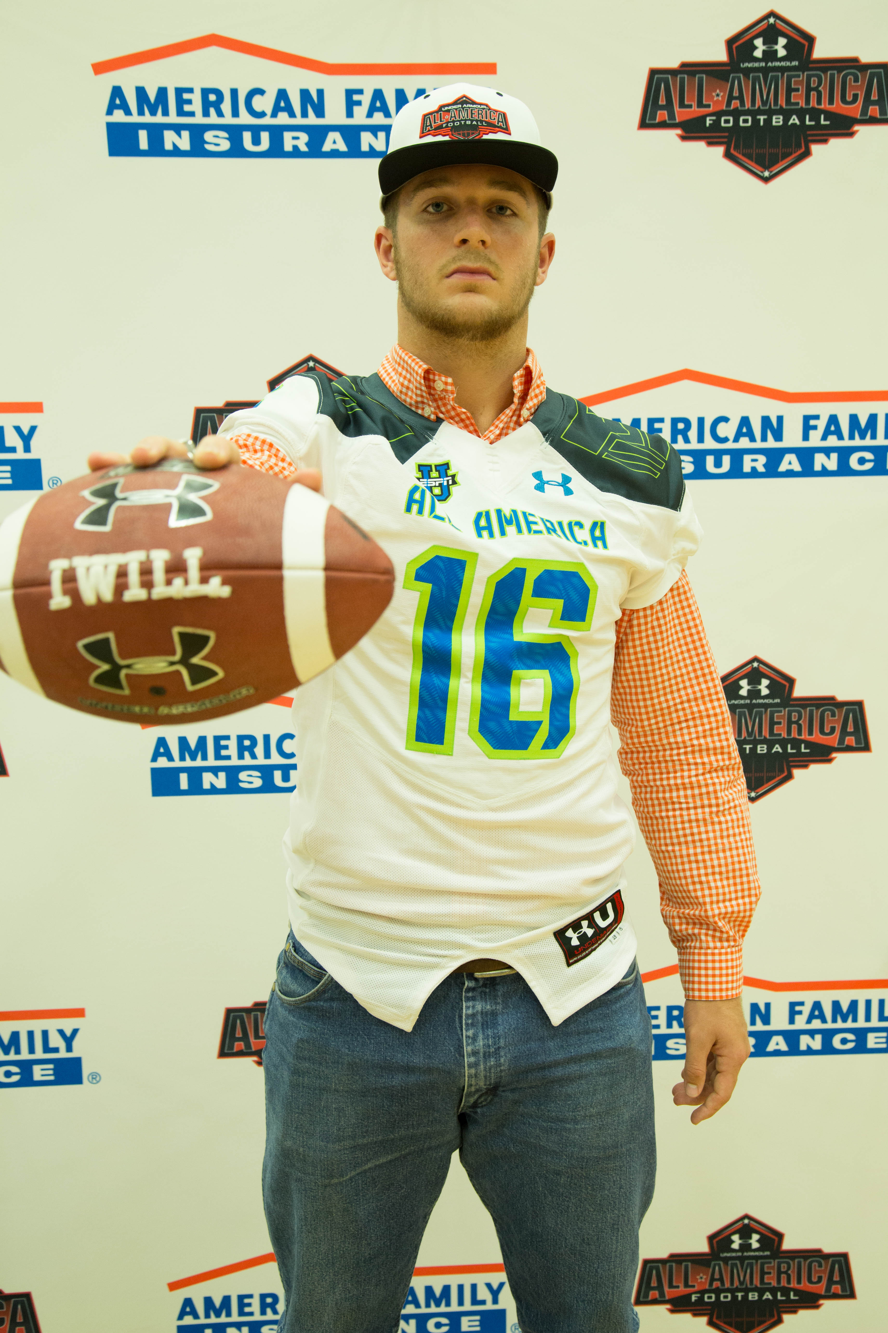 Landon Rice receives his Under Armour All-America jersey (Photo: Intersport)