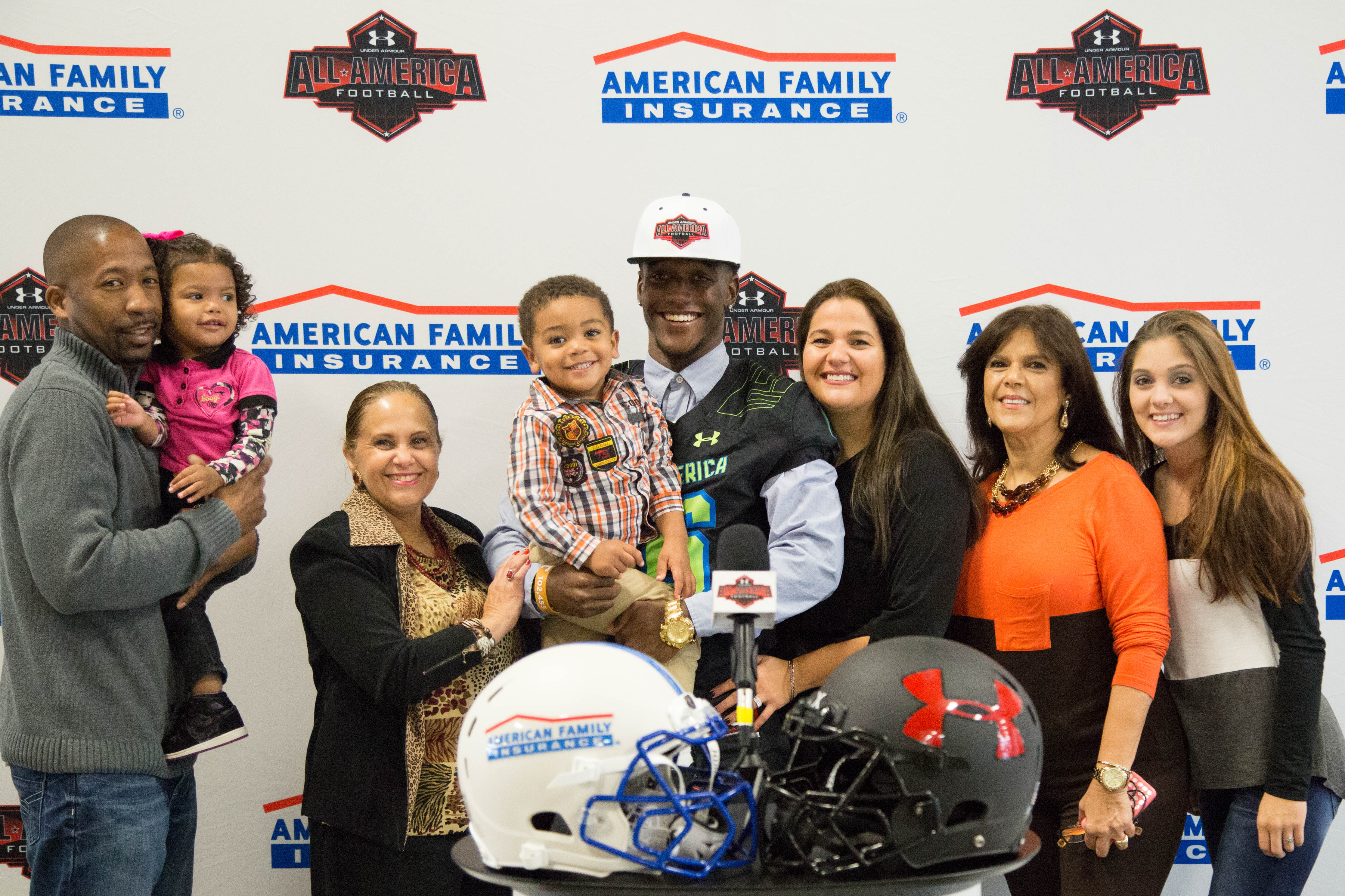 Marquill Osborne celebrates his Under Armour jersey presentation with his family (Photo: Intersport)