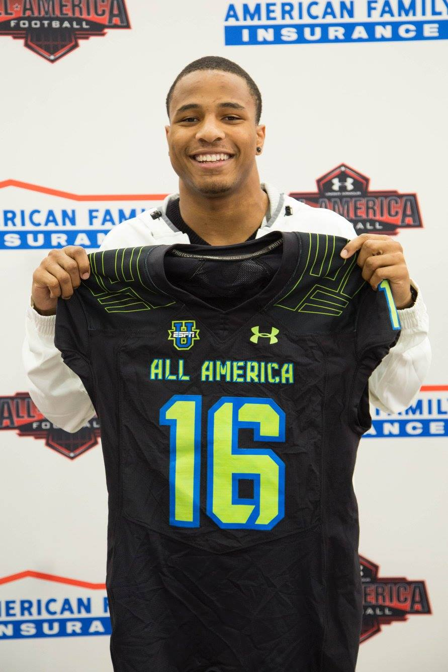 Keandre Jones holds his Under Armour All-America jersey (Photo: Intersport)