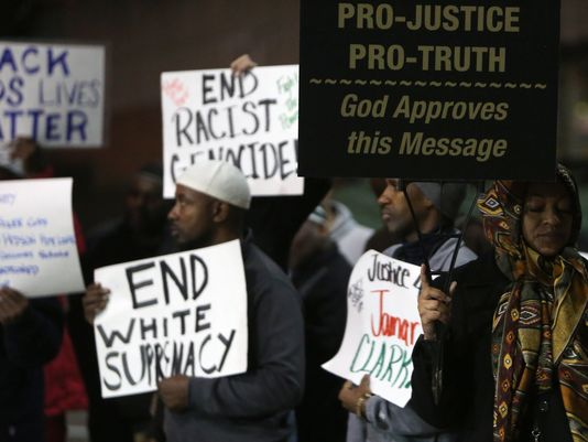People gather with Black Lives Matter Cincinnati as they rally at the Cincinnati Police headquarters, in solidarity with the occupation of the police station in Minneapolis, and also demanding justice for Laquan McDonald in Chicago. (Photo: Amanda Rossmann, The Cincinnati Enquirer)