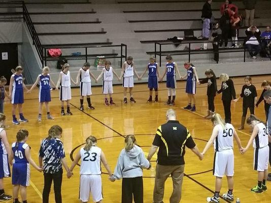 Basketball players in Shelby Eastern Schools recently prayed with coaches after a game. (Photo: Photo provided by SES Parent Committee)