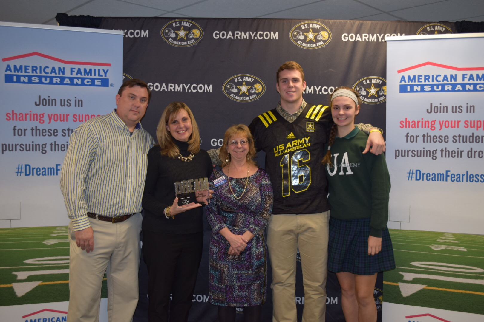 Jake Hausmann presents his American Family Insurance Dream Champions award to his parents, Vicki and Pete Hausmann (Photo: U.S. Army All-American Bowl)