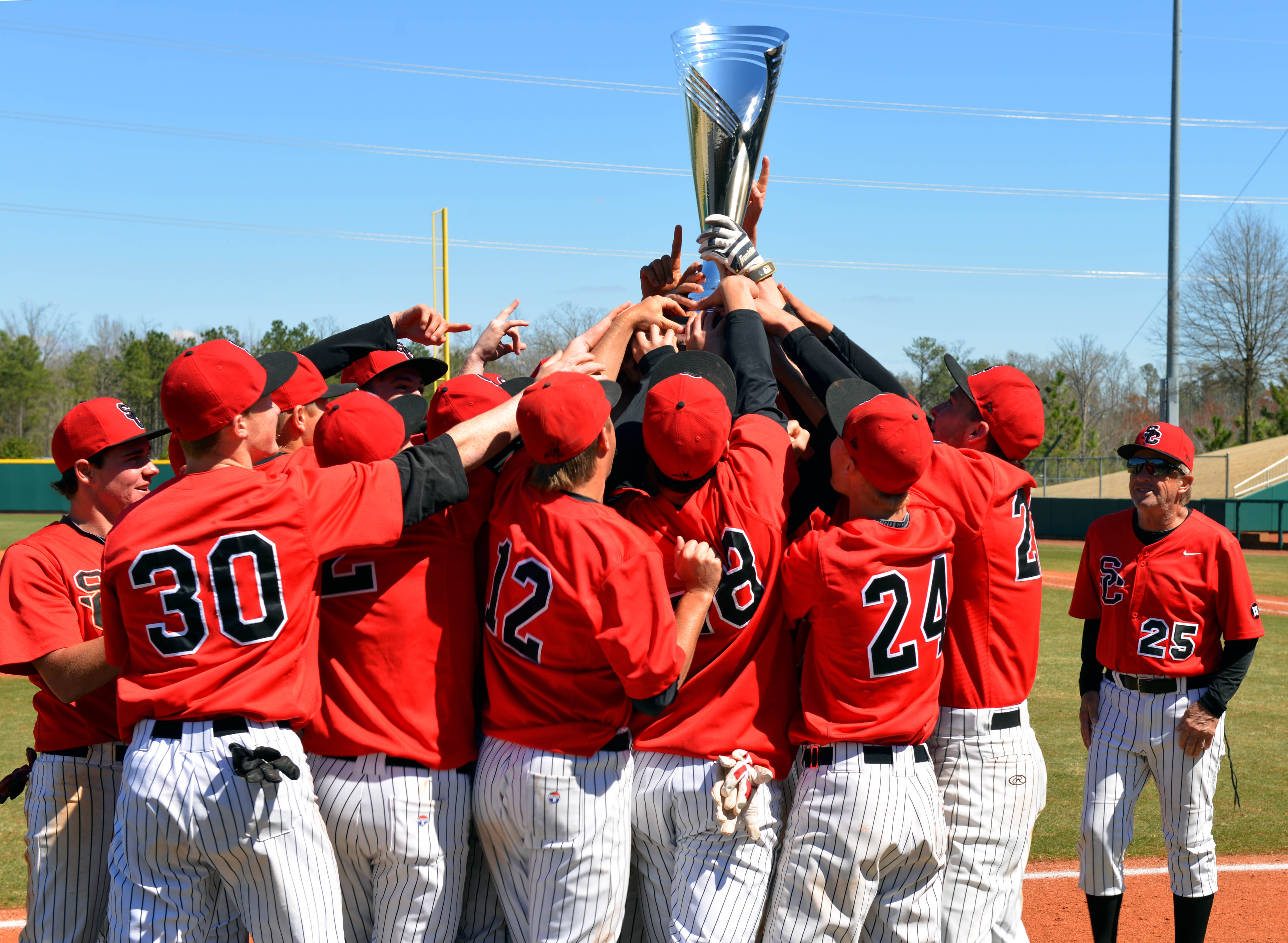 The San Clemente Tritons hold up their trophy after defeating the College Park Falcons to win the National High School Baseball Invitational in 2015 (Photo: Rob Kinnan USA TODAY Sports)