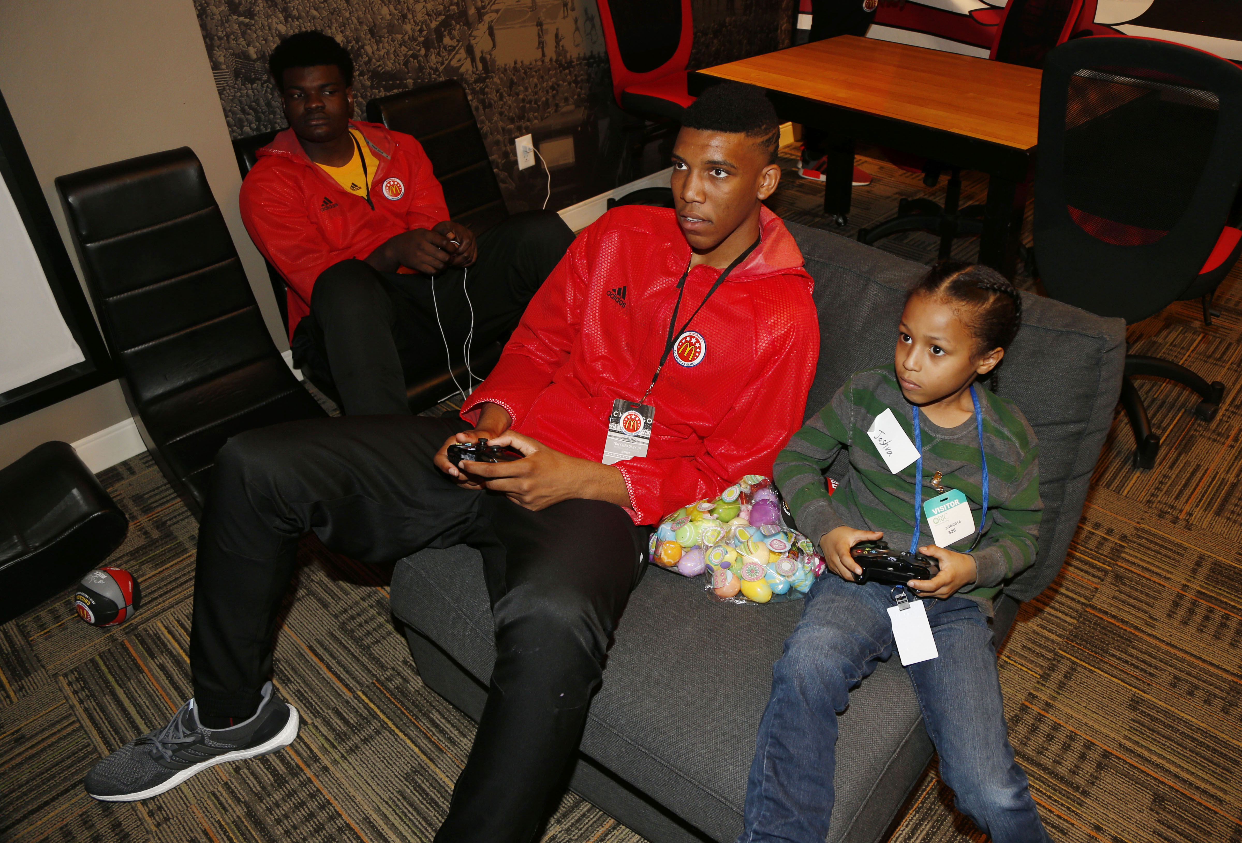 Tony Bradley Jr. plays video games with a child at the Ronald McDonald House (Photo: Brian Spurlock, USA TODAY Sports)