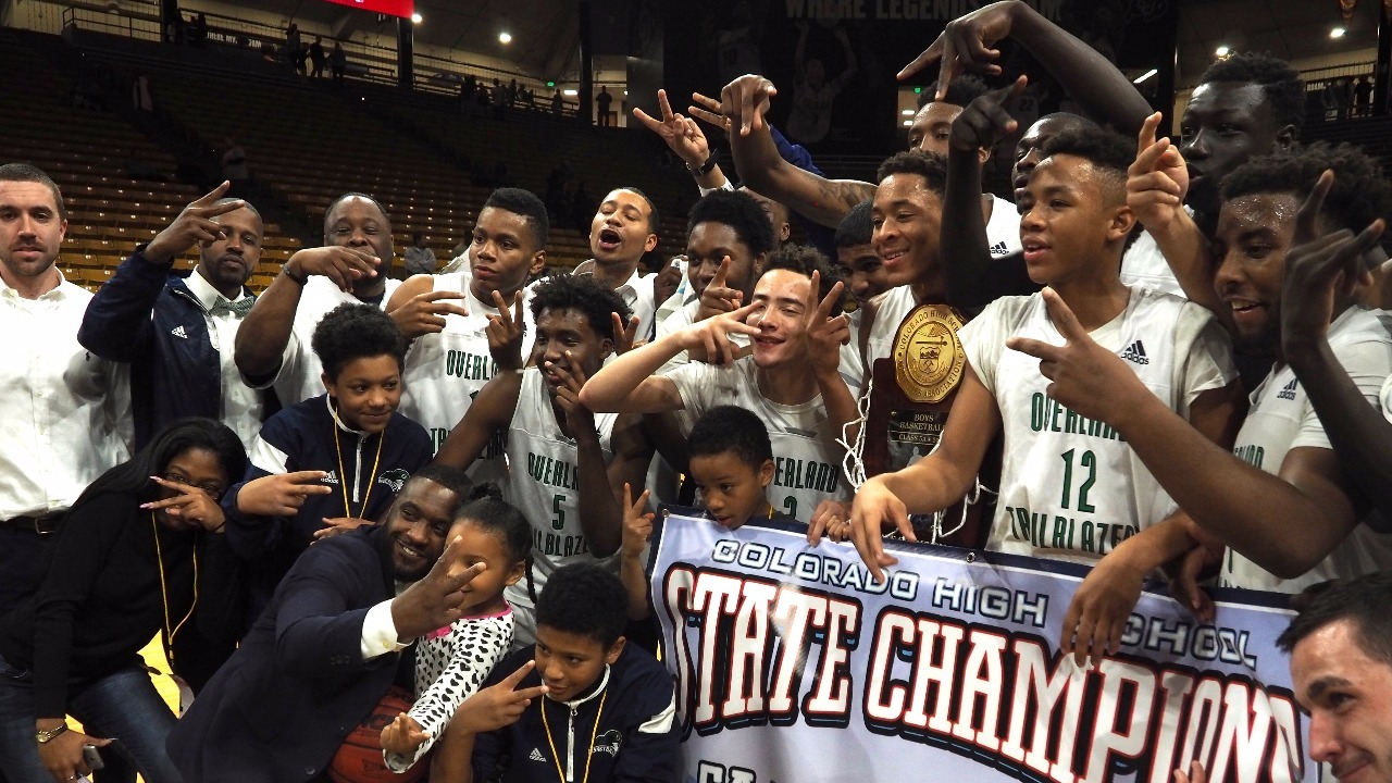 Overland poses with the state title banner (Photo: Jeremy Chavez, 9NEWS)