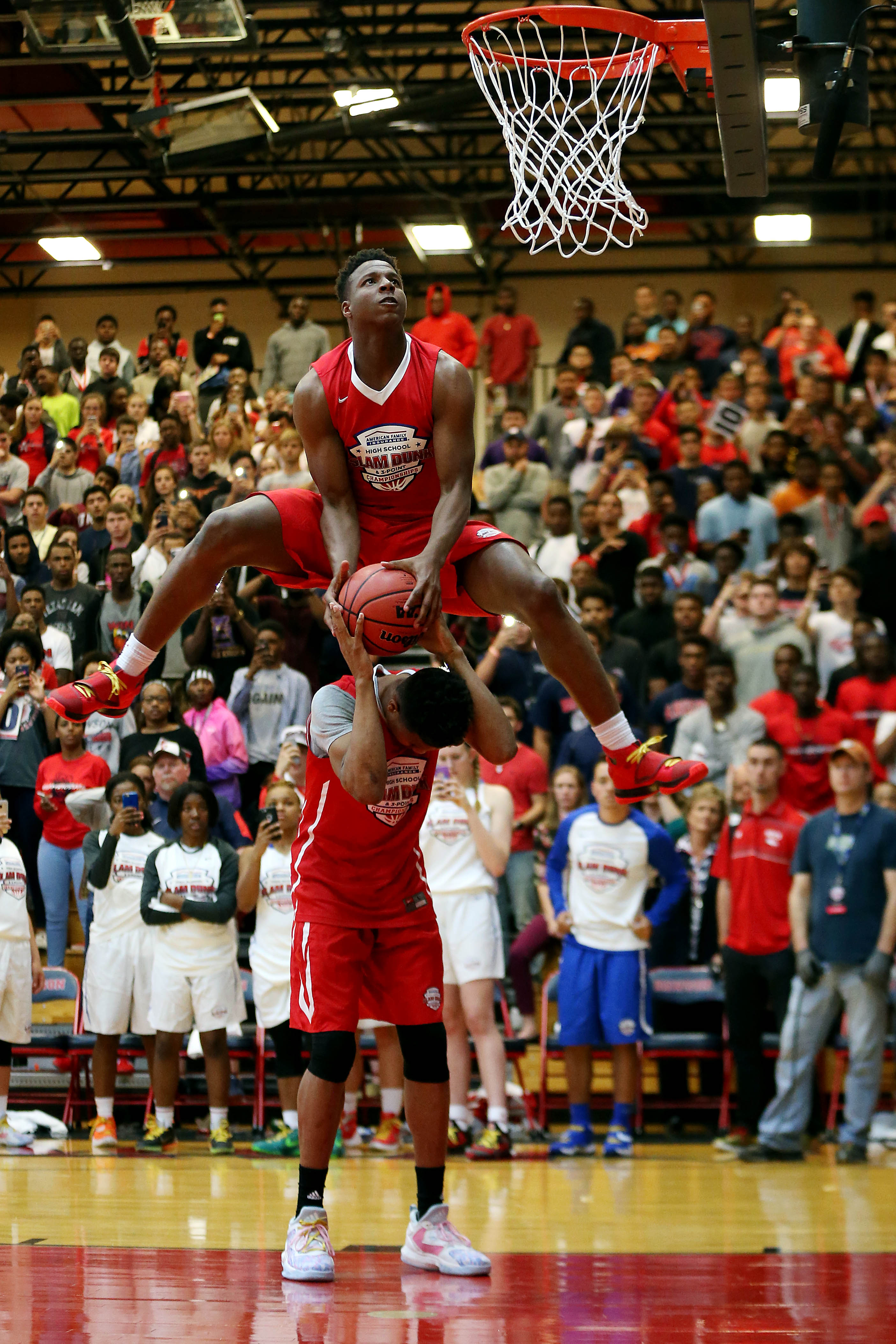 Mark Vital attempts a dunk with the help of another competitor (Photo: Peter Casey, USA TODAY Sports)