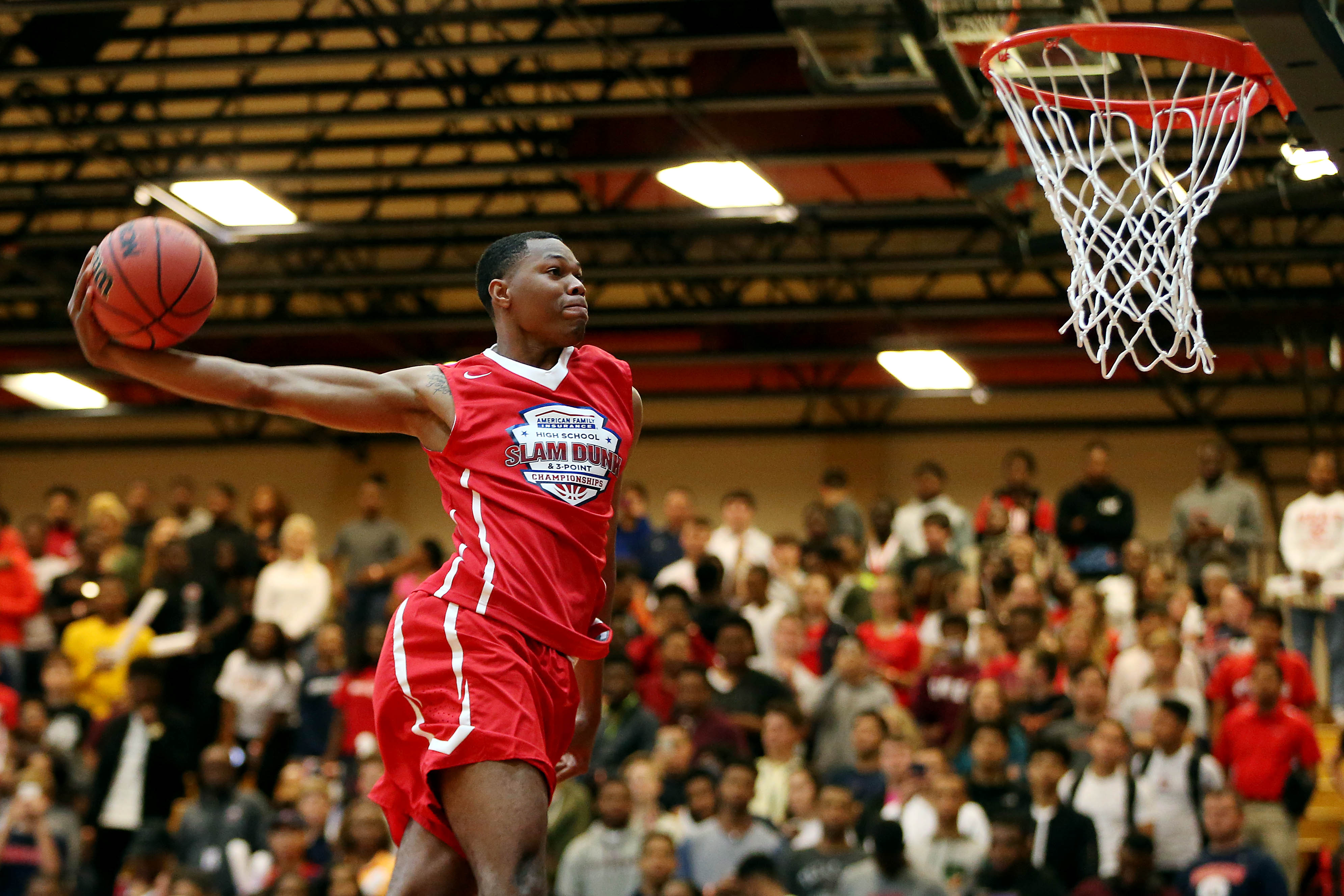 Winner Troy Baxter throwi t down in the dunk contest during the American Family High School Slam and 3-Point Championship (Photo: Peter Casey, USA TODAY Sports)