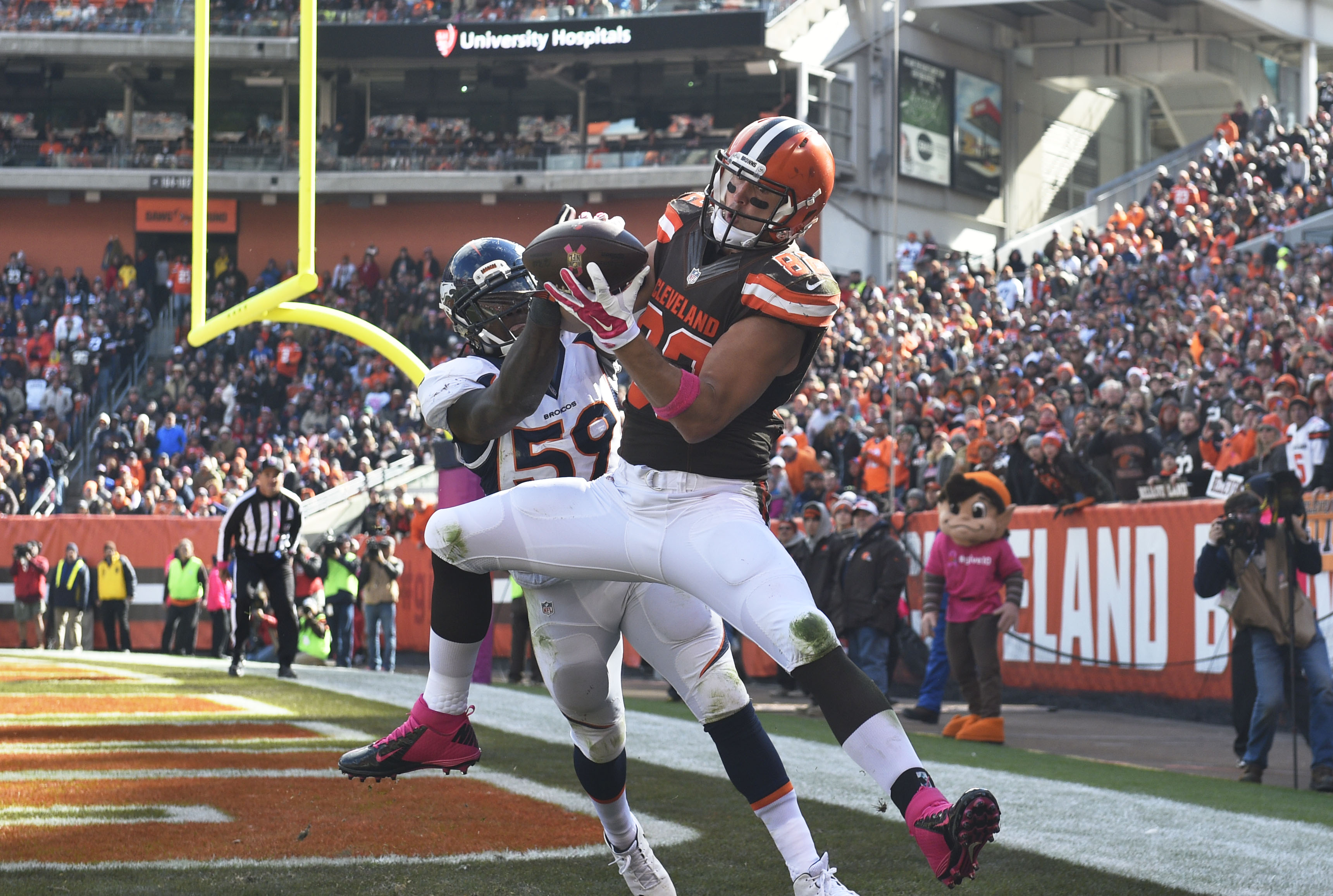 Oct 18, 2015; Cleveland, OH, USA; Cleveland Browns tight end Gary Barnidge (82) catches a touchdown pass as Denver Broncos inside linebacker Danny Trevathan (59) defends in the third quarter at FirstEnergy Stadium. Mandatory Credit: James Lang-USA TODAY Sports ORG XMIT: USATSI-224614 ORIG FILE ID: 20151017_jtl_sj8_181.JPG