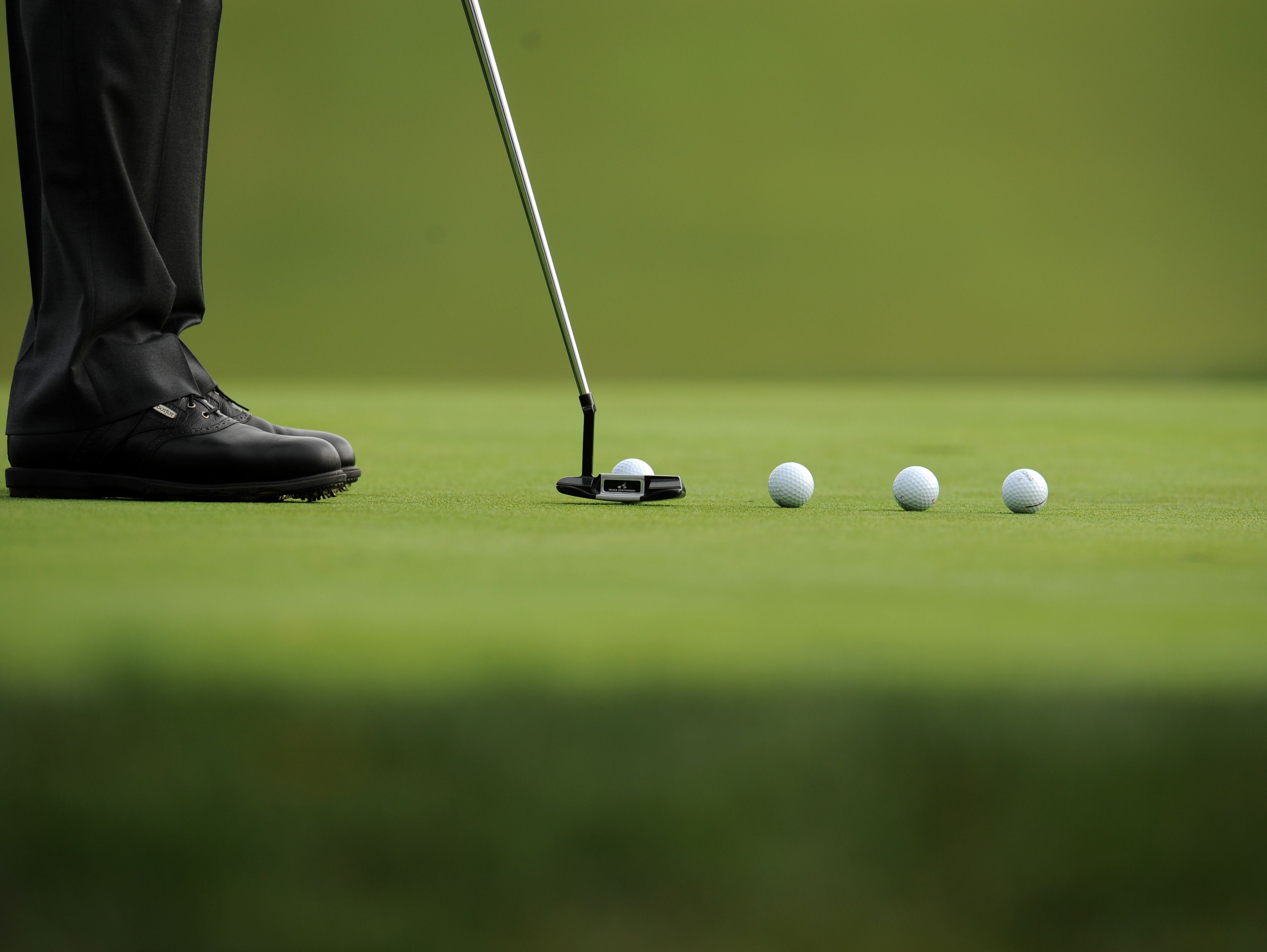 Vijay Singh of Fiji practices putting on the second green during a practice round for the US Open at Torrey Pines Golf Course in San Diego, California on June 11, 2008. AFP PHOTO / ROBYN BECK (Photo credit should read ROBYN BECK/AFP/Getty Images)