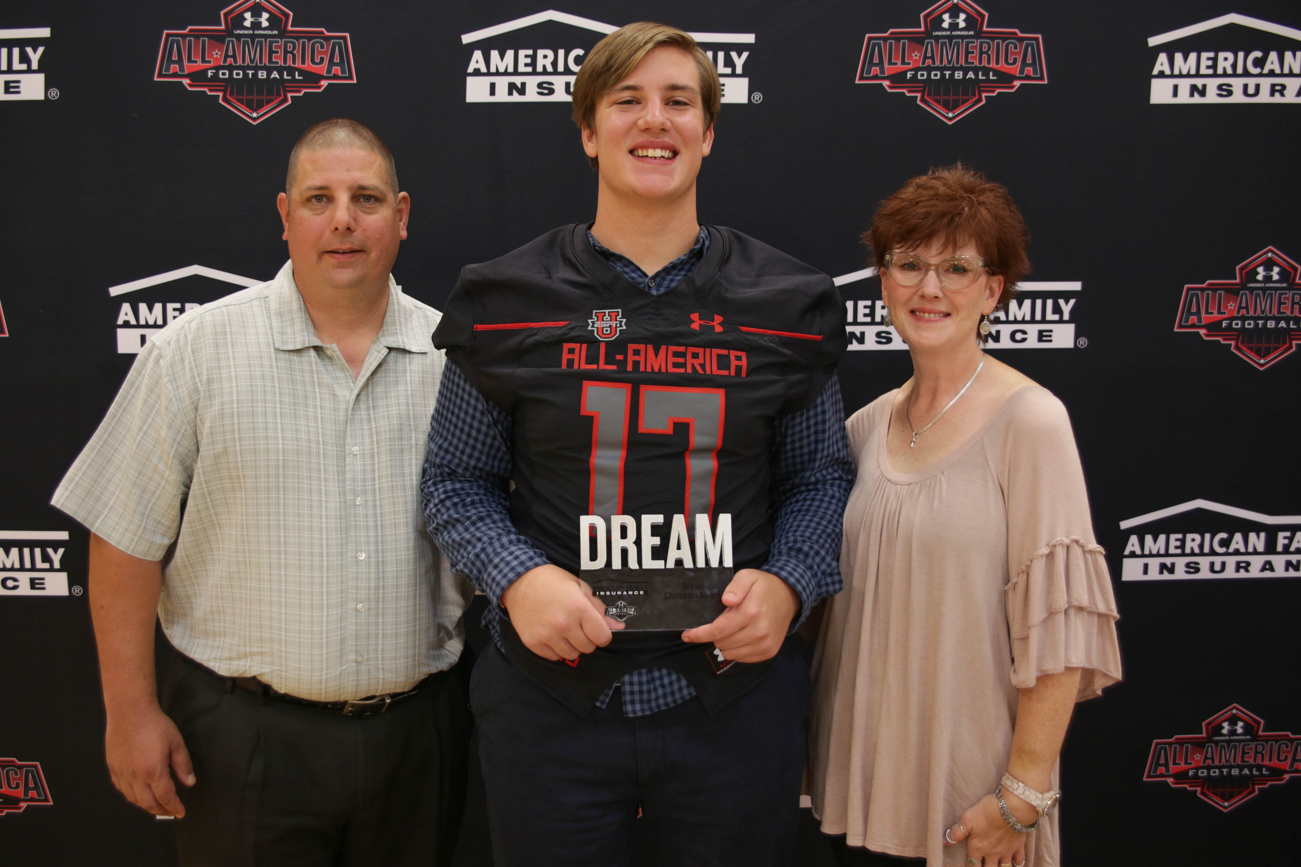 Austin Troxell presents his Dream Champion award to his parents (Photo: Intersport)
