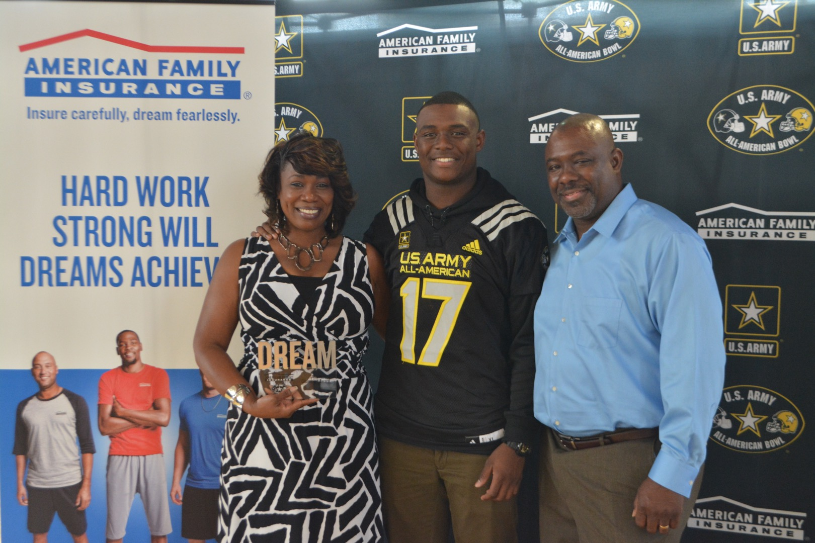 Jacob Phillips presented his Dream Champion award to Derrick and Tami Phillips (Photo: Army All-American Bowl)