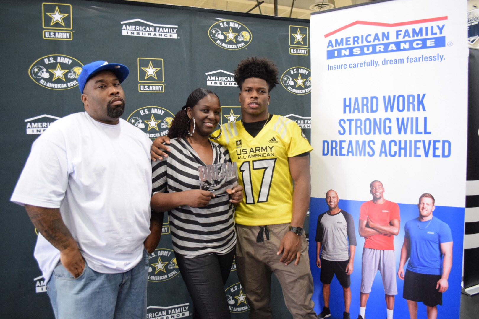 Stephen Carr presents his Dream Champion award to parents Stephen Sr. and Shonnda (Photo: Army All-American Bowl)
