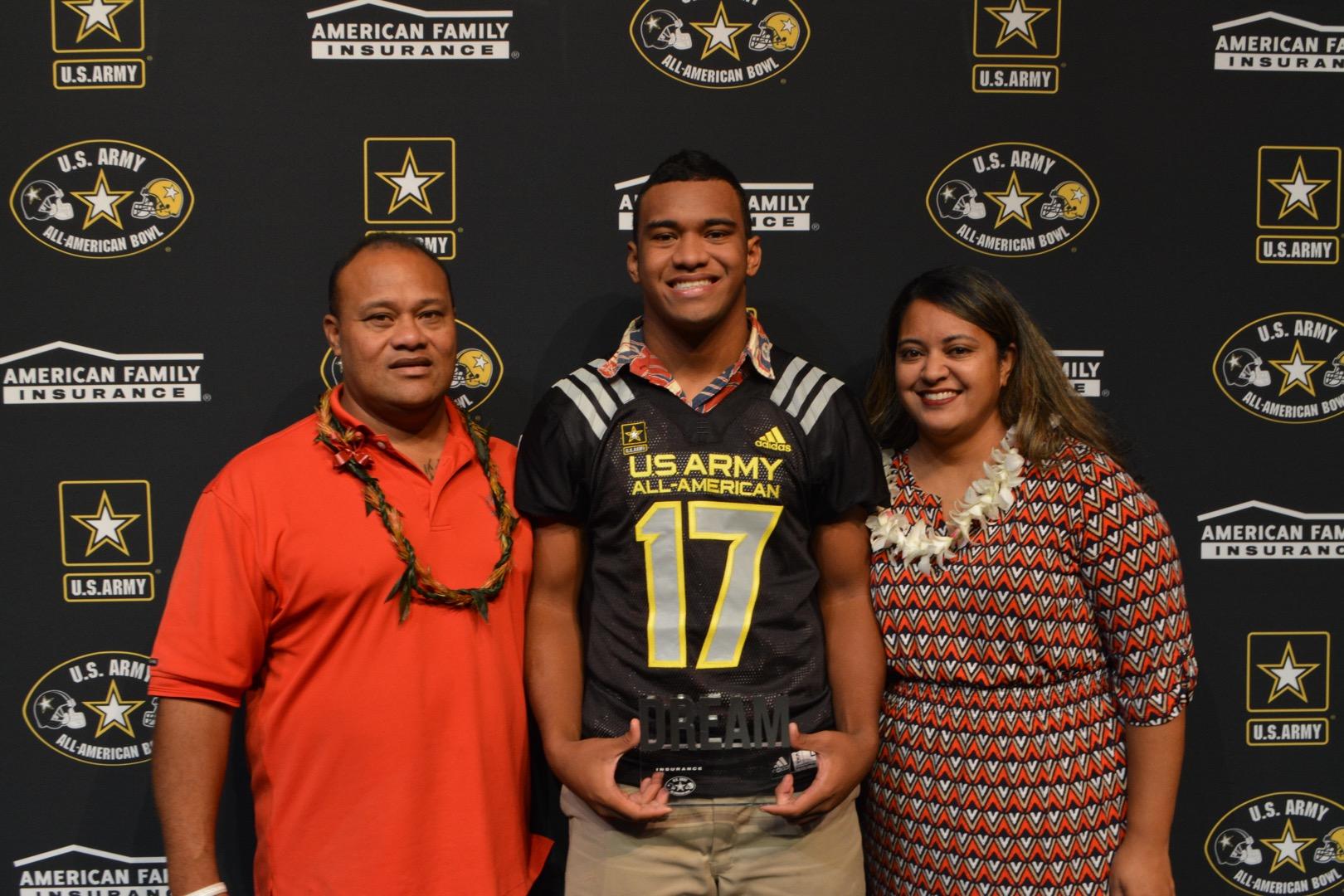 Tua Tagovailoa presents his Dream Champion award to his parents Nalu and Diane Tagovailoa (Photo: Army All-American Bowl)