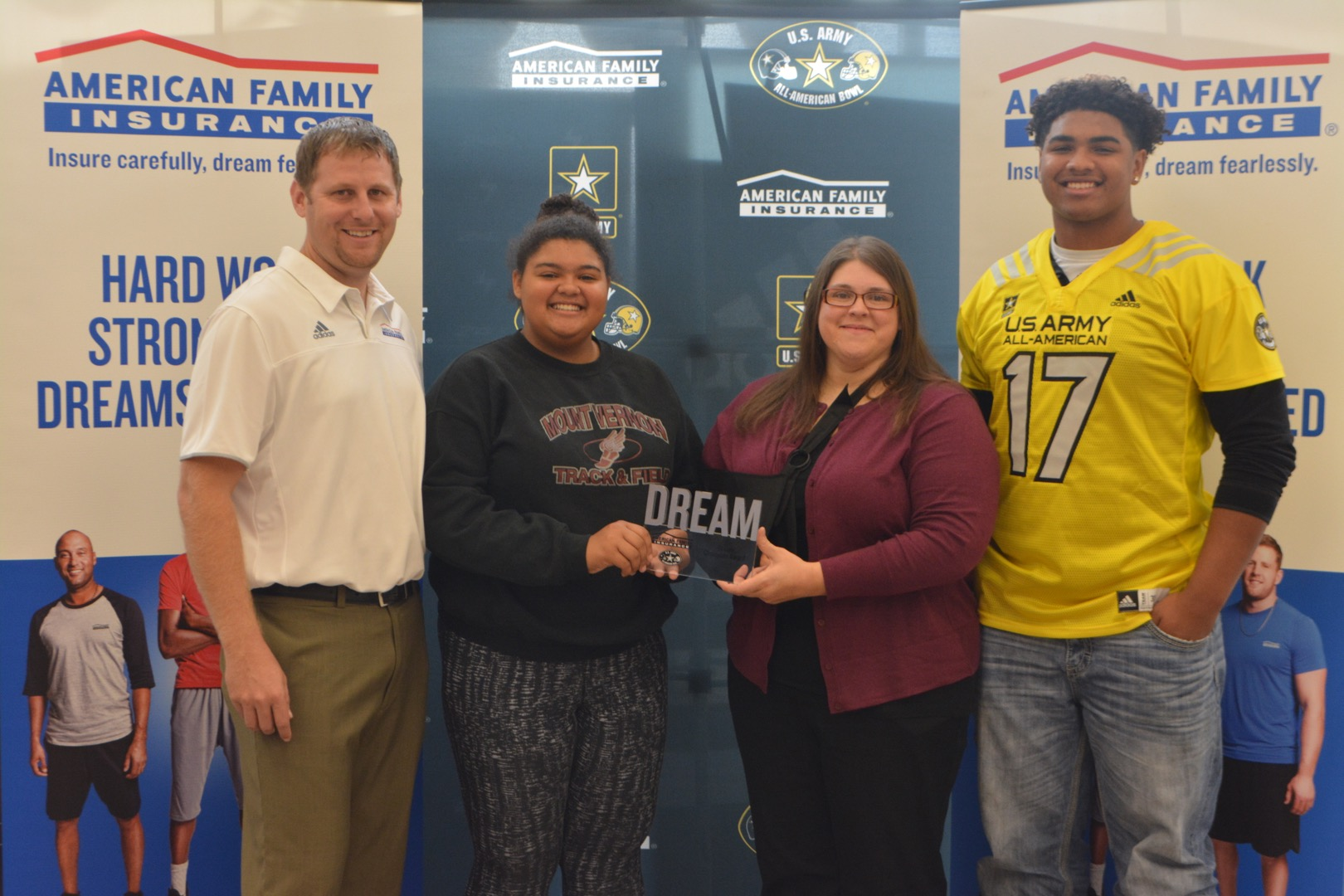 Tristan Wirfs presented The Dream Champion Award to his mom and sister. (Photo: AAG)