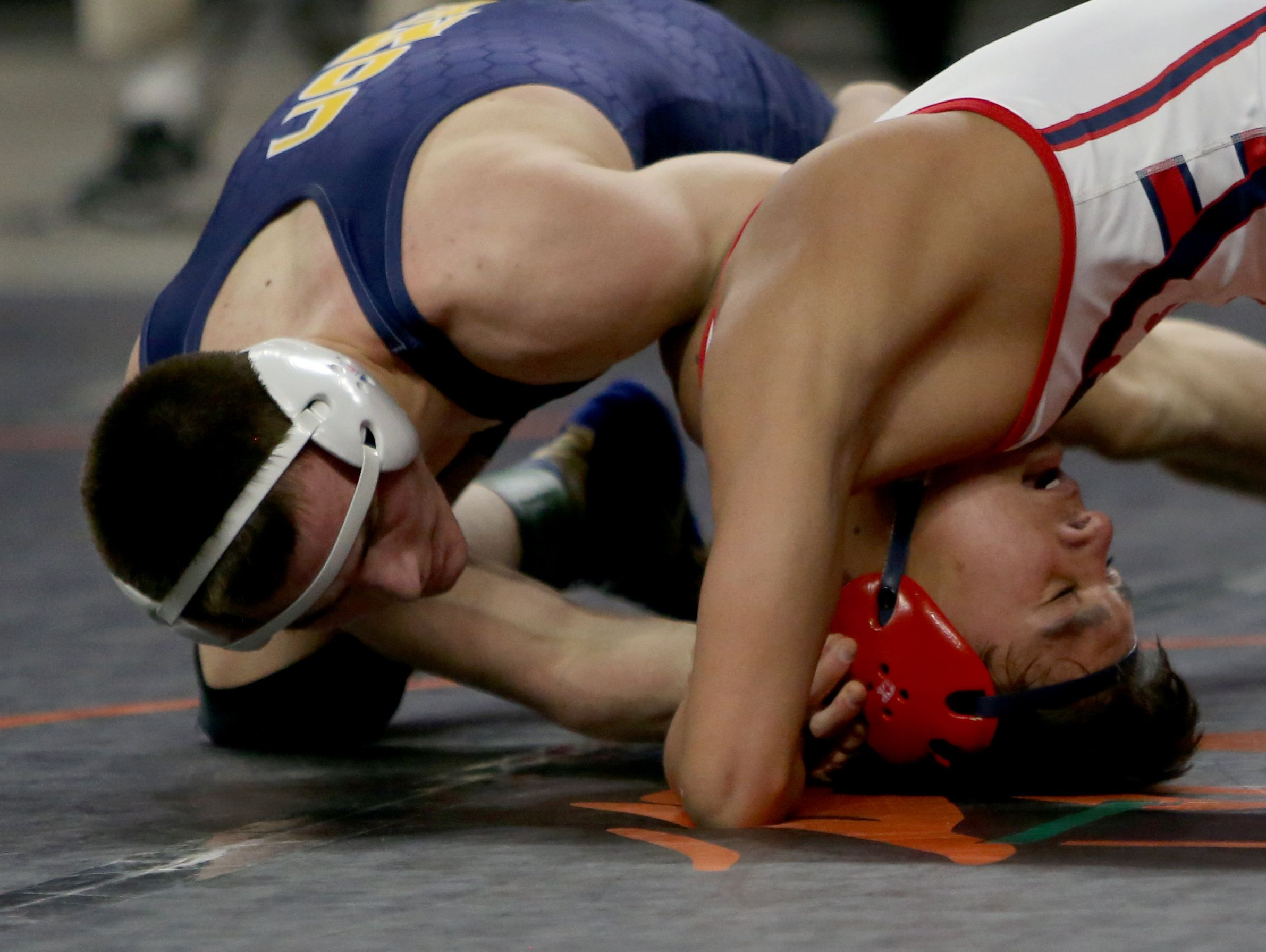 Livonia Franklin's Nathan Atienza, right, wrestles Grand Ledge's Dylan Steward in the 140-pound final in March 2015 at the Palace of Auburn Hills.