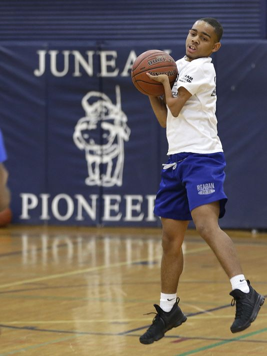 Marcell Dinsmore, who has ectrodactyly, or split-hand malformation, catches a pass during basketball practice. (Photo: Gary Porter / Milwaukee Journal Sentinel)