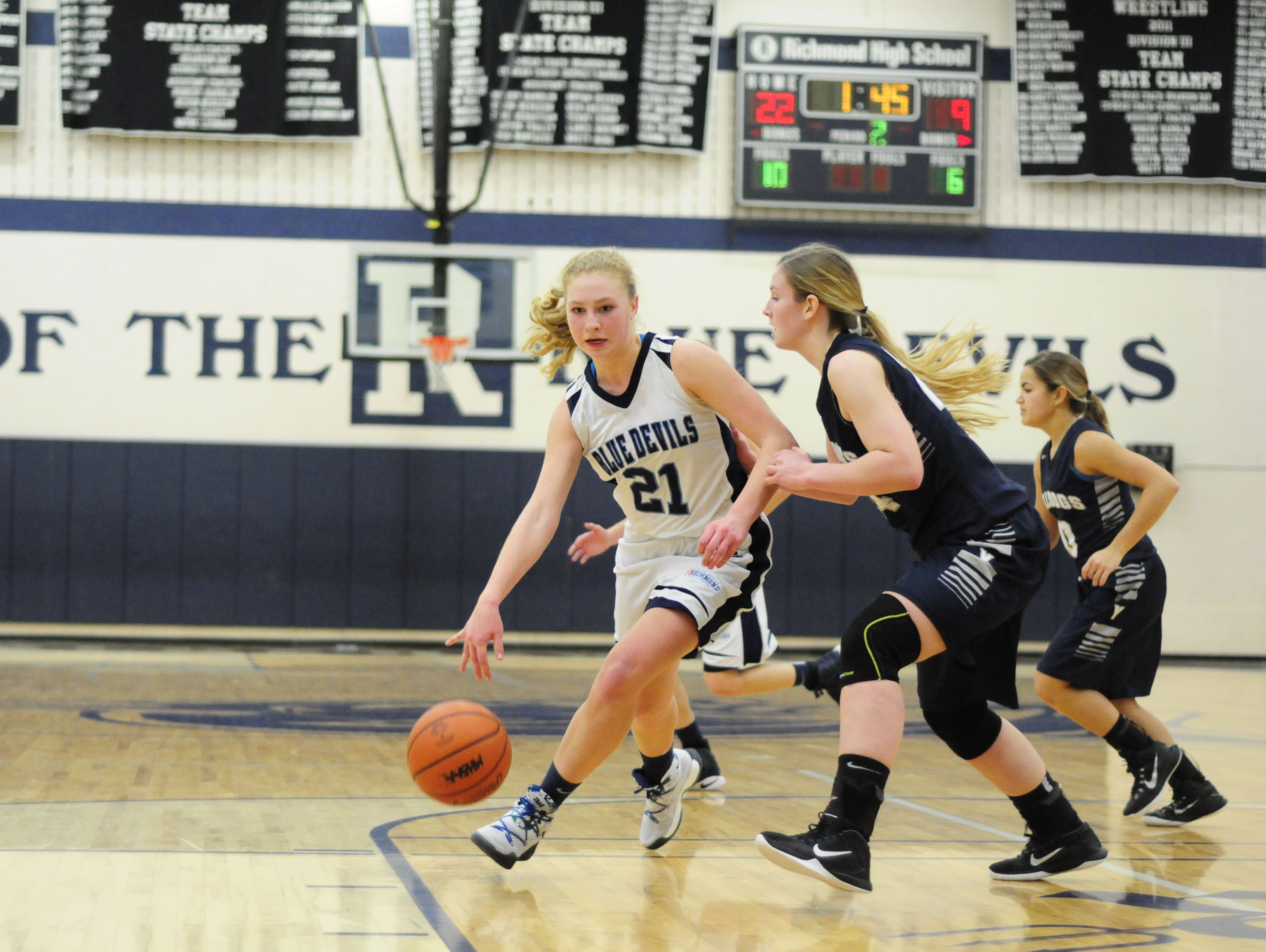 Richmond junior Jessica Weaver drives to the hoop against Yale on Dec. 15, 2016.